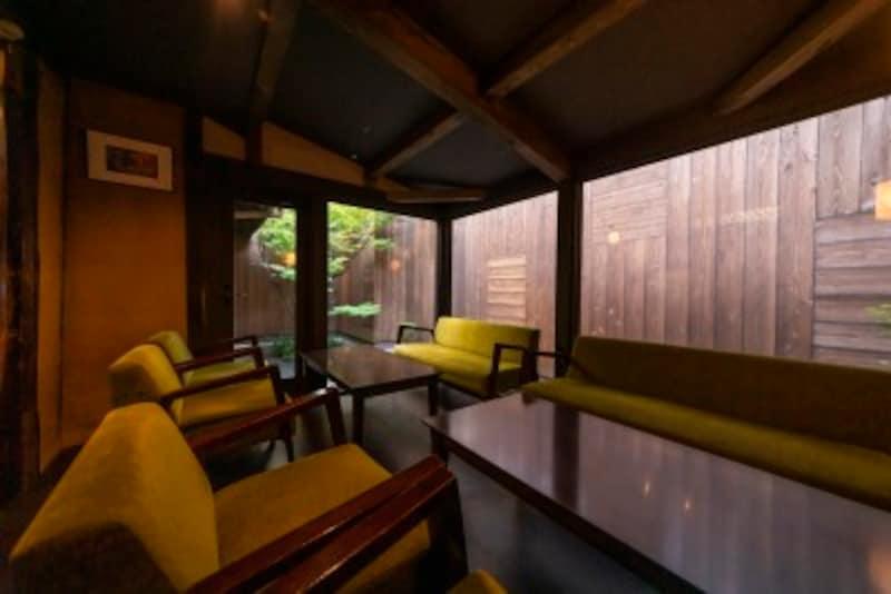京都のお寺巡りの合間に行きたいかき氷やさんの坪庭が見えるソファ席
