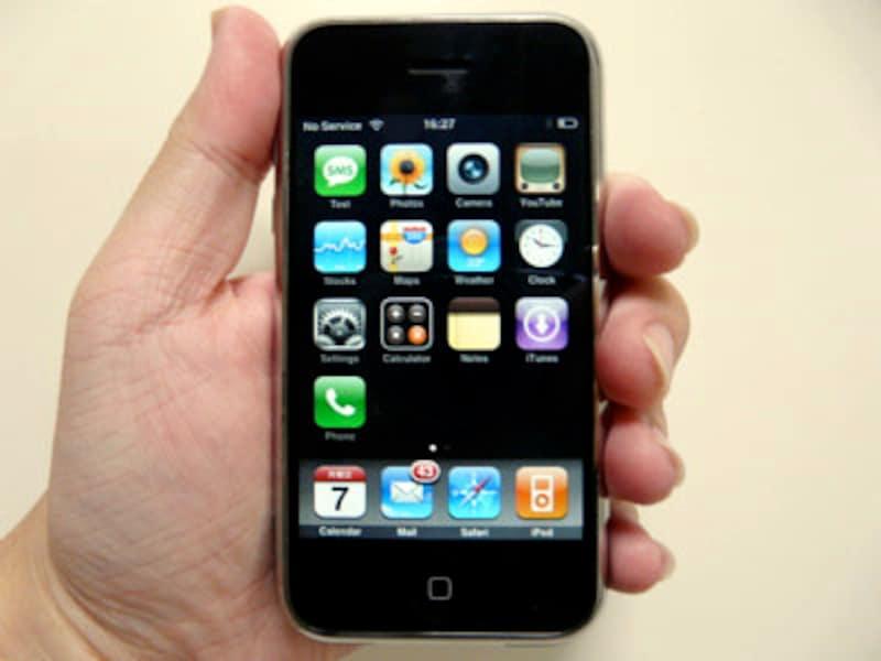 ガイドが持っている初代iPhone。アメリカ出張では携帯として、国内ではネット端末として活躍中