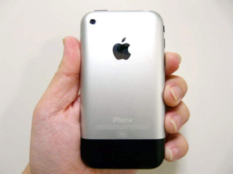 初代iPhoneは背面が金属素材となっているが、iPhone 3Gではプラスチック素材に変更になる