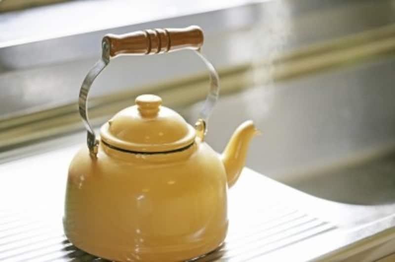 やかんで白湯を作る(画像出典:白湯が凄い!美容・健康&ダイエット効果と正しい飲み方)