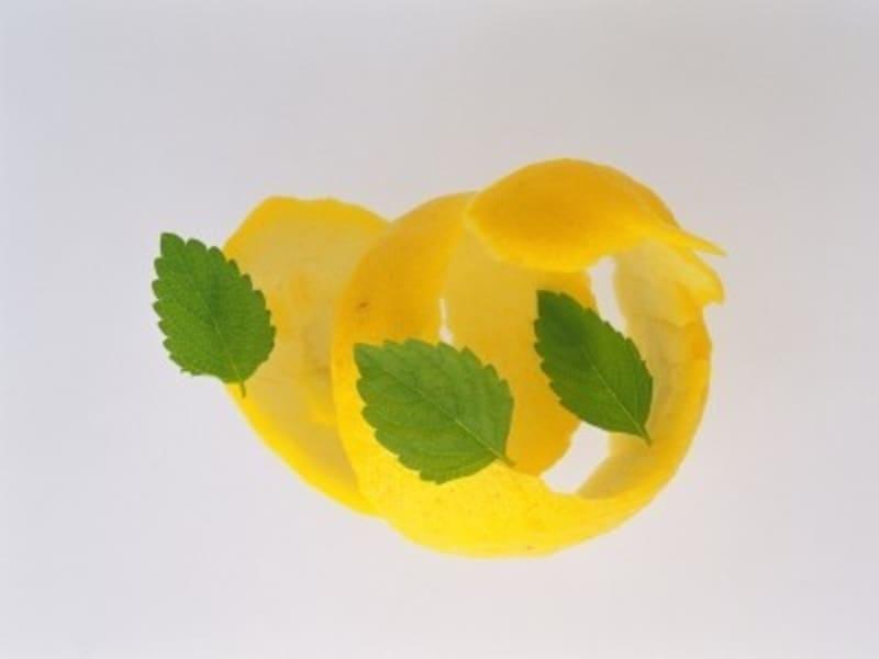 白湯にレモンを加えれば、リモネンの効果で食欲抑制できるかも(画像出典:レモン白湯を朝に飲んでダイエット!40代におすすめな理由)