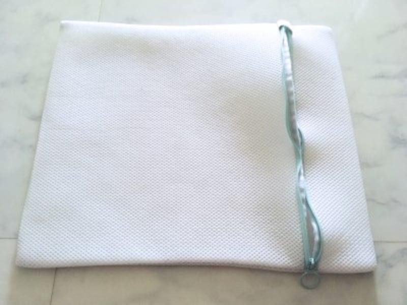 35センチ角くらいの大きさで、厚みがある洗濯ネット。