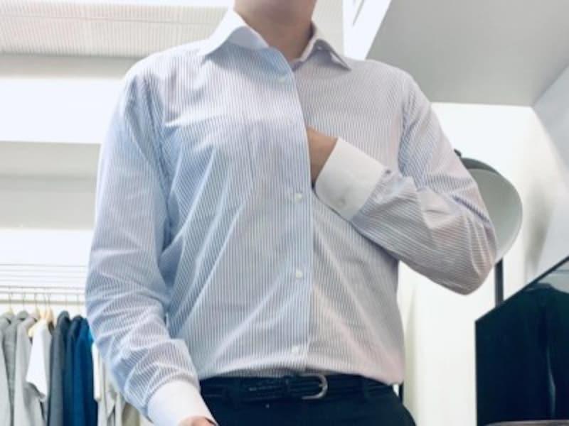 ワイシャツの第3ボタンから手を差し込んで塗ることで駅のホームでも気兼ねなく脇汗対策。