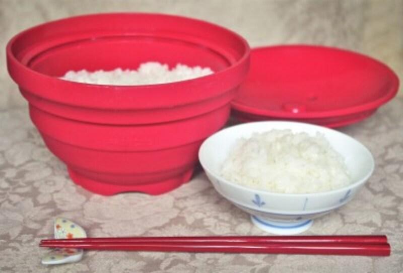 お茶碗にご飯を盛った図。海外の場合、メラミン製の茶碗を持参してもいいのですが、筆者は現地の宿に備え付けのボウルやお皿を代用しています。