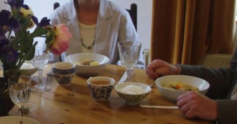 海外(英国)で自炊した時の図。野菜の煮物と味噌汁とともに。