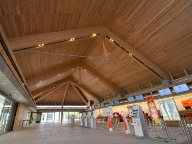 下地島空港空港のチェックインカウンターが並ぶエリア。自動チェックイン機も設置