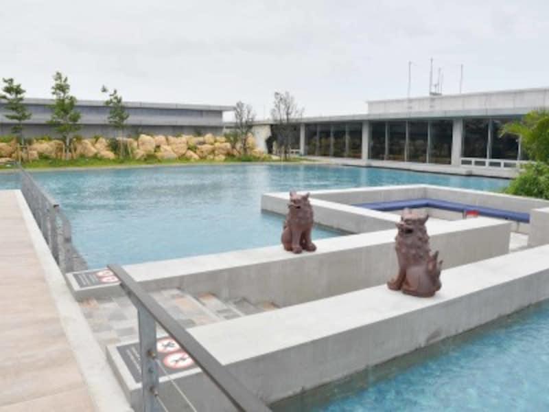 水盤に囲まれたラウンジ棟。水上ラウンジも設置され、空港とは思えないほどラグジュアリー感があります