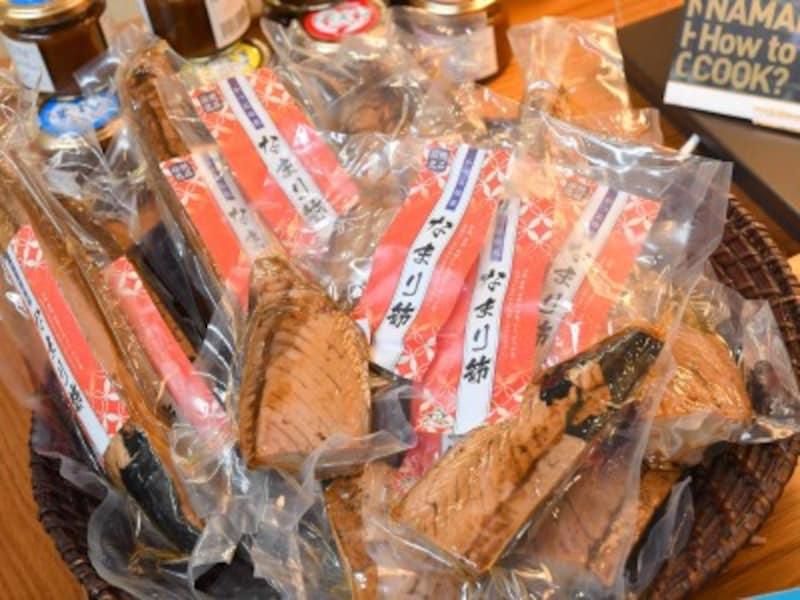 伊良部島で人気が高いお土産「鰹なまり節」も下地島空港で手に入る!