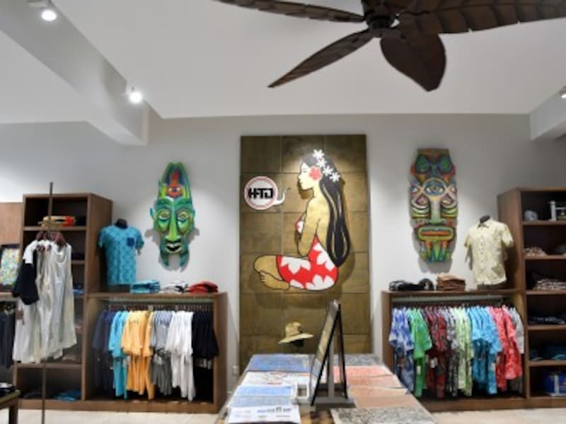 メンズのコーナーではTシャツやシャツなどを販売
