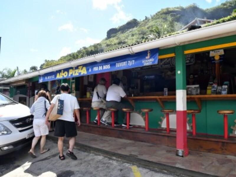 モーレア島内に点在するご当地グルメの人気店を車で巡る半日ツアー