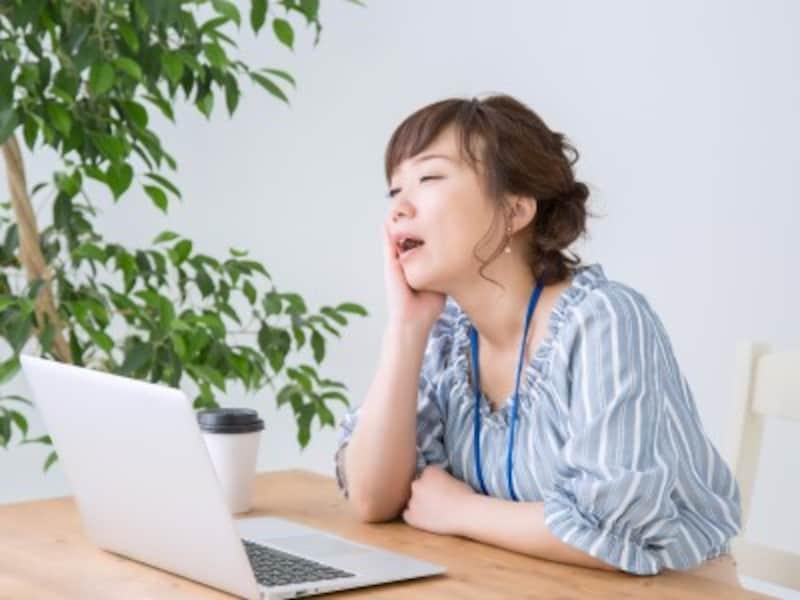 眠気と闘う女性