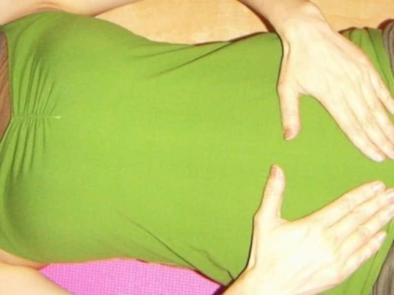 4.慣れてきたら手をお腹の上まで滑らせ、手の重さを感じるようにして、口からゆっくり息を吐き切る/産後ダイエット『コア・アクティベーション』
