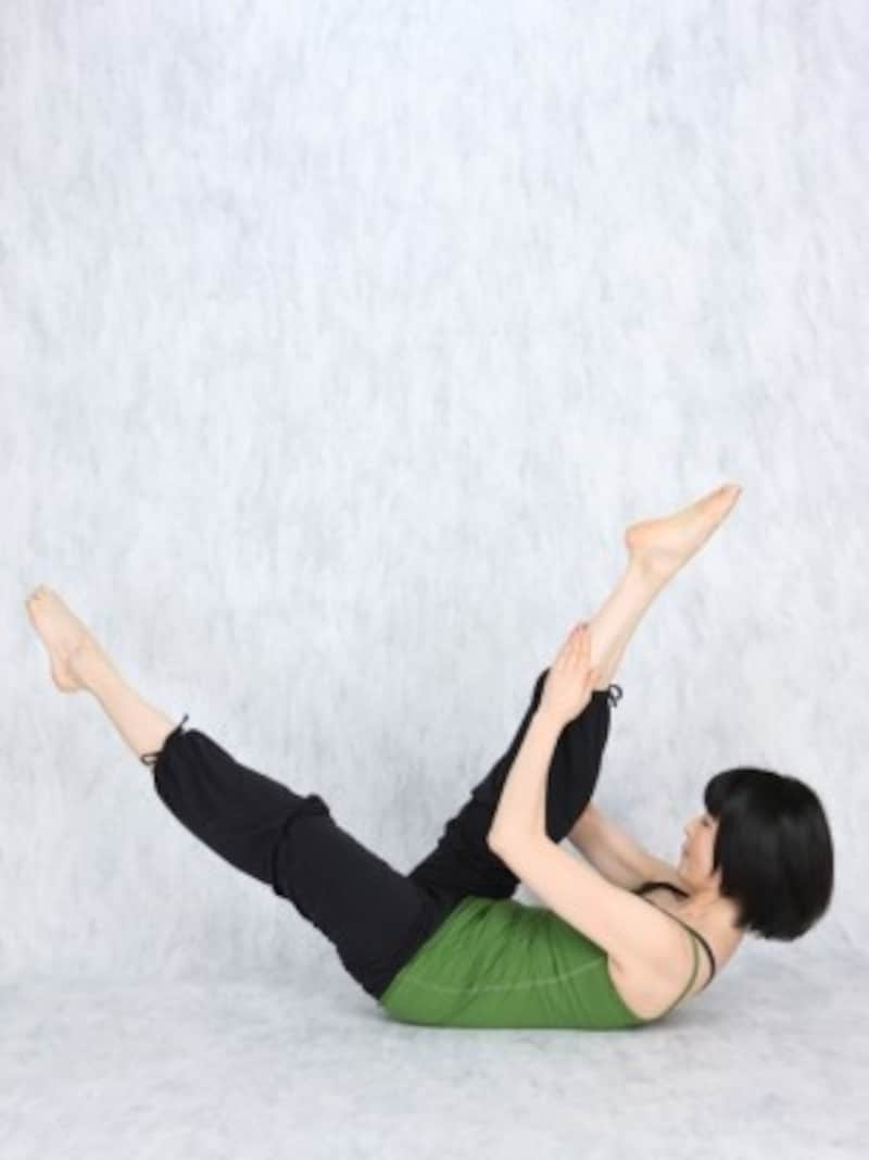 1.脚を床から浮かせ、両膝を伸ばして脚を出来るだけ長く保つ/産後ダイエット『シザース』