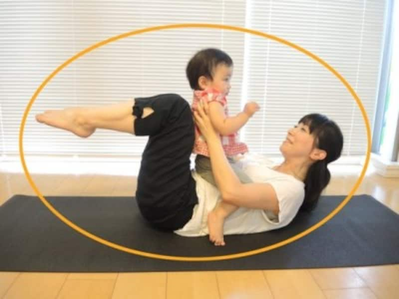 2.息を吸って背中のカーブを保ったまま、ボールの形でゴロンと転がり、息を吐きながら元の姿勢に戻る/産後ダイエットベビーと一緒にボールになろう!