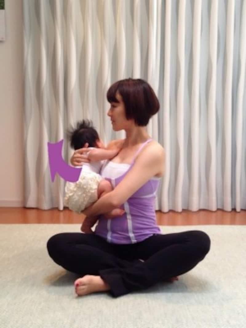 3.回しきったところで姿勢をキープして息を吸い込み、次の吐く息でさらに右へ回す/産後ダイエット『スパインツイスト』