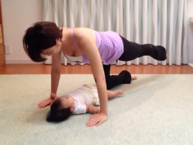 4.反対側も同じように。慣れてきたら足を床から持ち上げて/産後ダイエット『クアドロペッド』