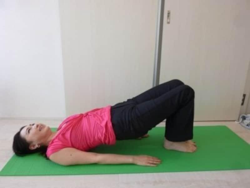 寝転んでできる産後の骨盤底筋群トレーニング(出典:簡単骨盤底筋トレーニング!立つ・座る・寝るだけの3ポーズ)