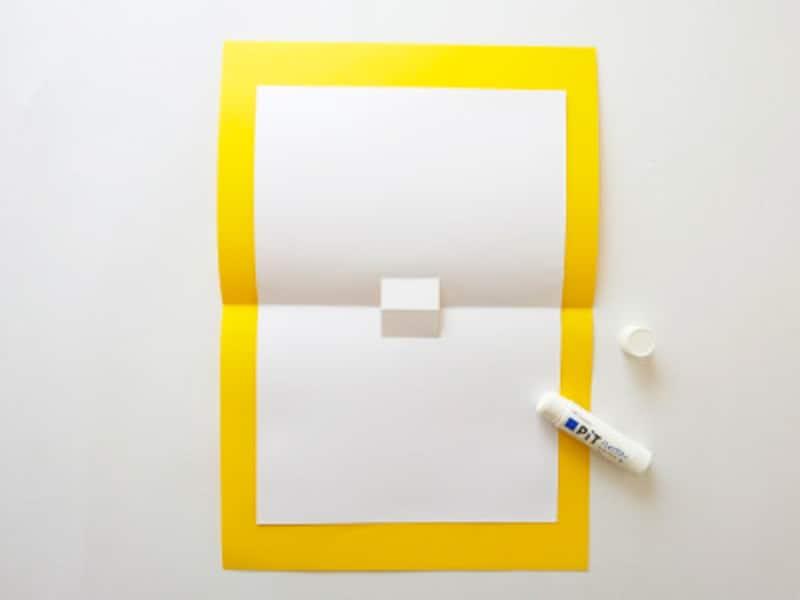 画用紙の裏にのりをつけ色画用紙に貼っていく