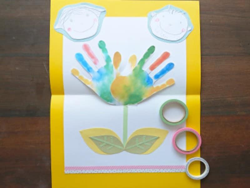 黄緑色のマスキングテープで茎、ピンク、水玉のマスキングテープで画用紙の下部を飾る
