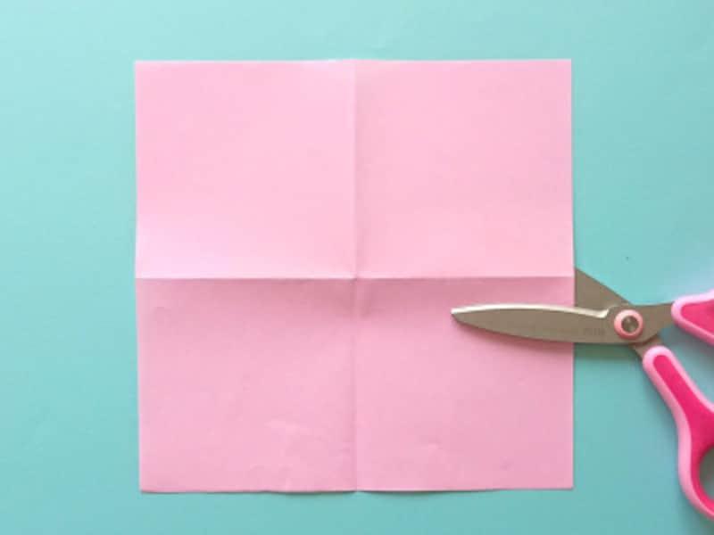 色紙を縦横に折りハサミで切る
