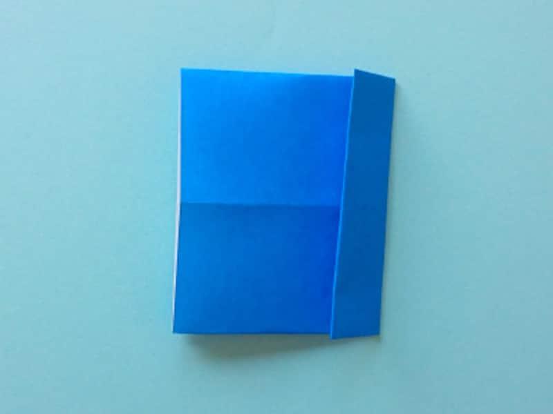 右端を約1.5センチメートル折る