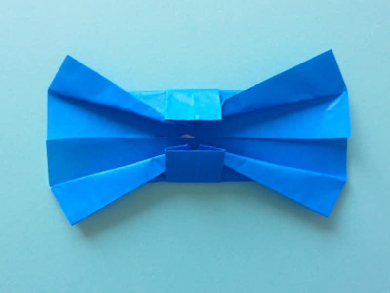 リボンの形になるよう両端をななめに折る