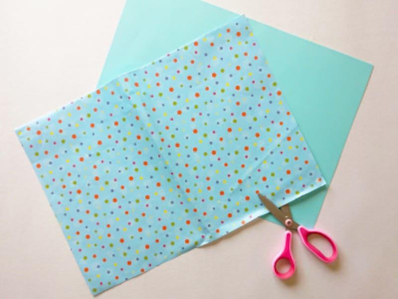 包装紙と色画用紙の大きさを合わせてのりで貼り付ける