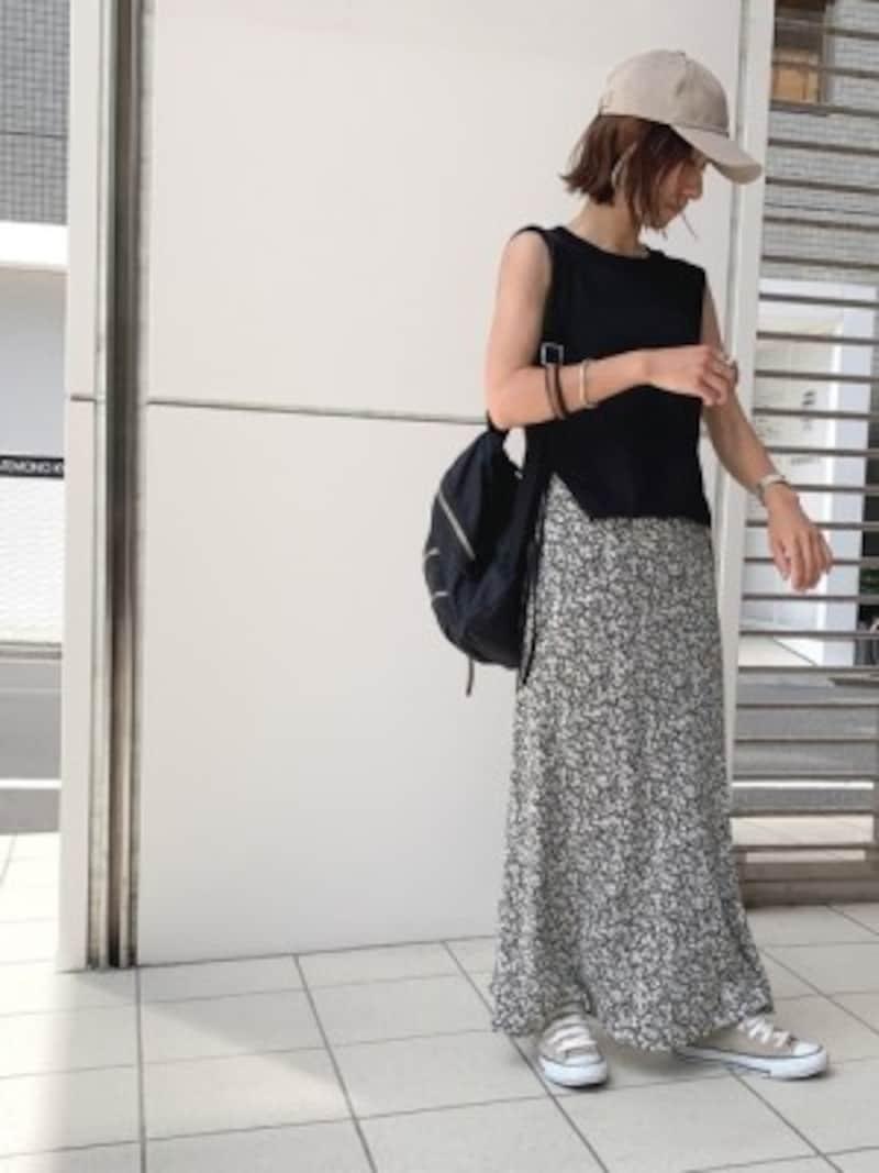 落ち着いた色使いのスカートコーデに足すのもおすすめ 出典:WEAR