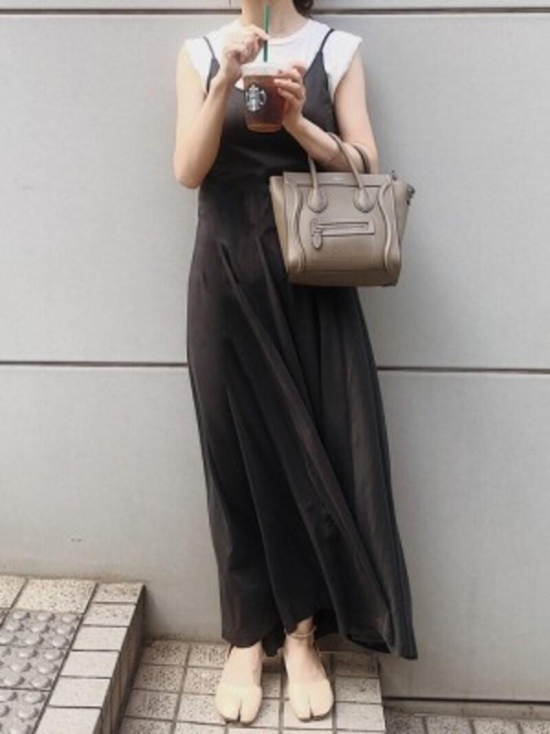 夏には暑く感じることもある黒ワンピもベージュ小物ですっきり 出典:WEAR