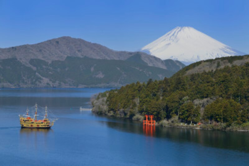 箱根ひとり旅の観光スポット:芦ノ湖を行き交う箱根海賊船クイーン芦ノ湖
