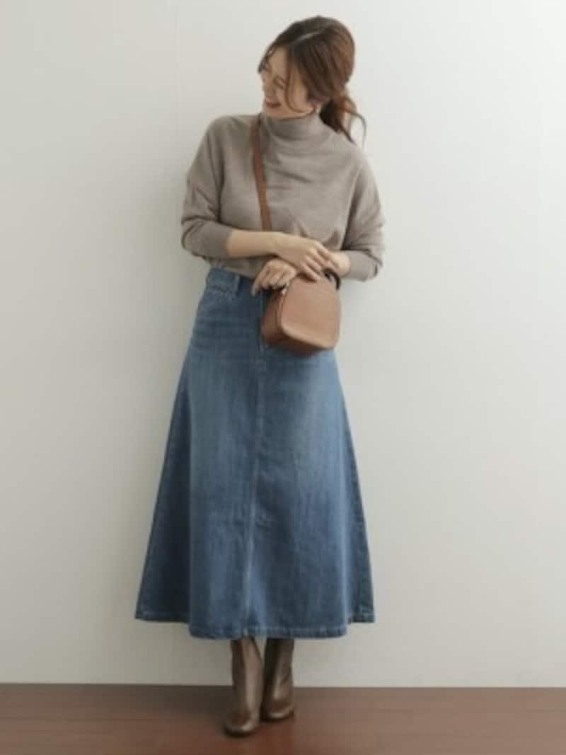 フレアシルエットの長め丈デニムスカートはブーツ合わせが一押し 出典:WEAR