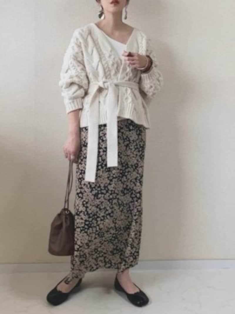 ざっくりニットでも着ぶくれせず、スカートにも合わせやすい 出典:WEAR