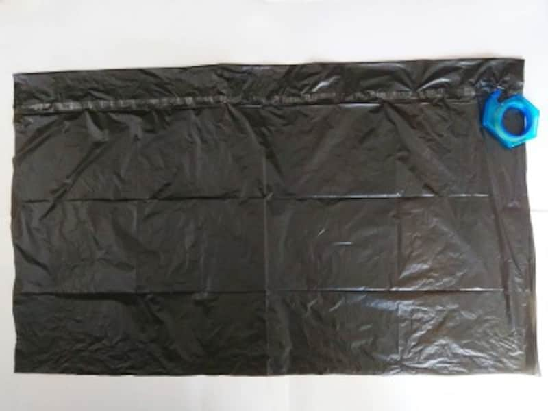 ハロウィンマント手作り・作り方…上部を折りたたんでセロテープで貼る