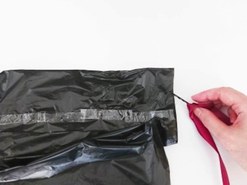 ハロウィンマント手作り・作り方…ヘアピンにリボンをくくりつけて通していく