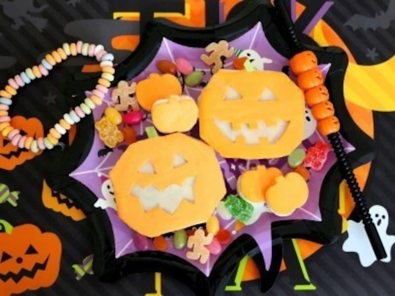 ハロウィンお菓子の手作りアイディア5.チェダーチーズで作るハロウィンのオープンサンドイッチ