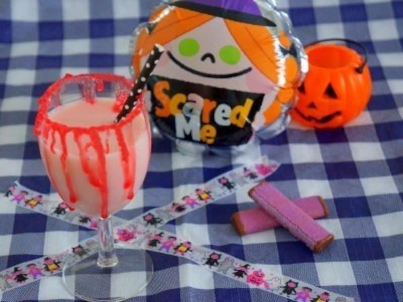 ハロウィンお菓子の手作りアイディア12.血が滴る!ヴァンパイアカクテル(いちごミルク)