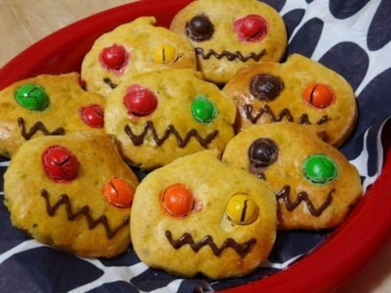 ハロウィンお菓子の手作りアイディア19.カラフルな目が可愛い!優しい口当たりのかぼちゃクッキー