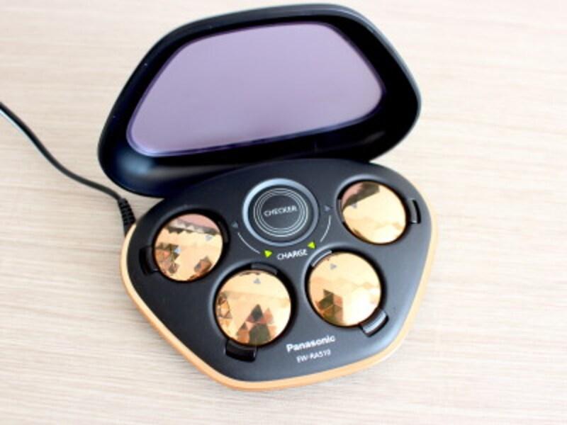 業界唯一という高周波治療器「コリコラン」。充電ケースに収納しながら充電ができます。電源はACアダプターのほか、単4アルカリ乾電池にも対応