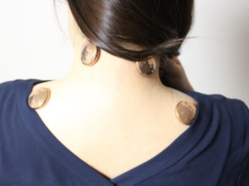 コリが気になる首筋や肩に貼ることが多いですが、痛みを感じるときは背中や腰に貼ることも