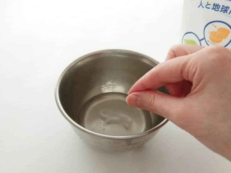 ホウ砂なしスライム作り方手順2 重曹をひとつまみ入れる