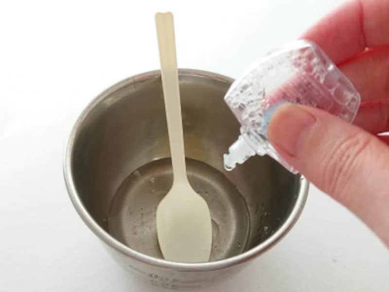 ホウ砂なしスライム作り方手順3 目薬の量を調整しながら入れる