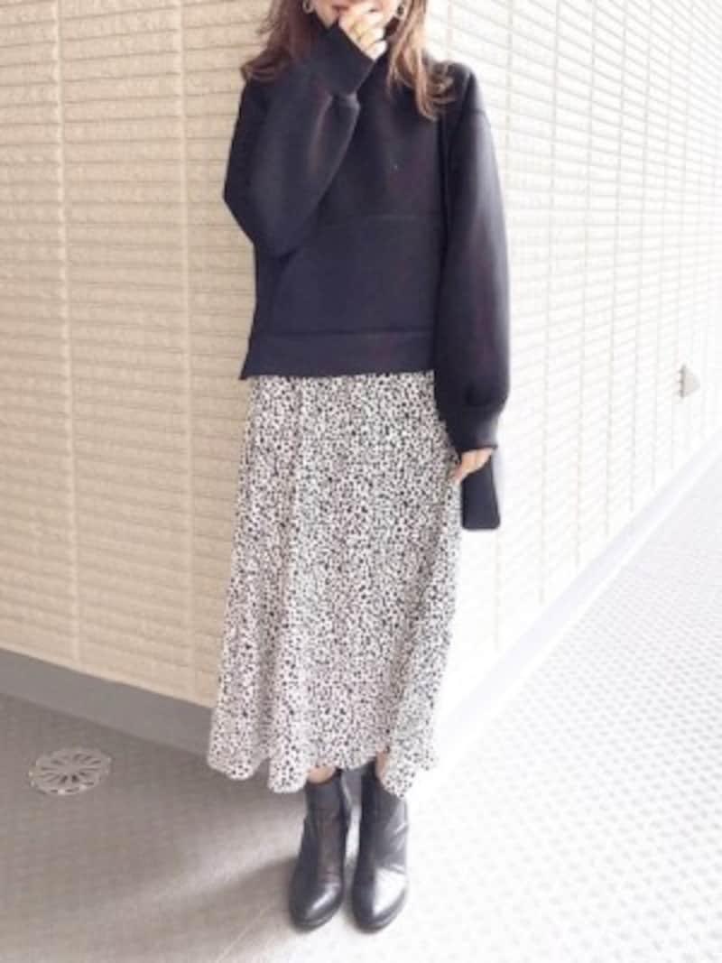 今年人気の柄スカートも黒スウェットで大人っぽく 出典:WEAR