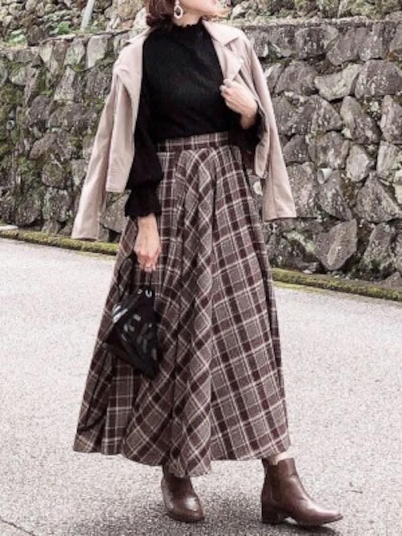 マキシ丈のAライン柄スカートもショートブーツと相性よし 出典:WEAR
