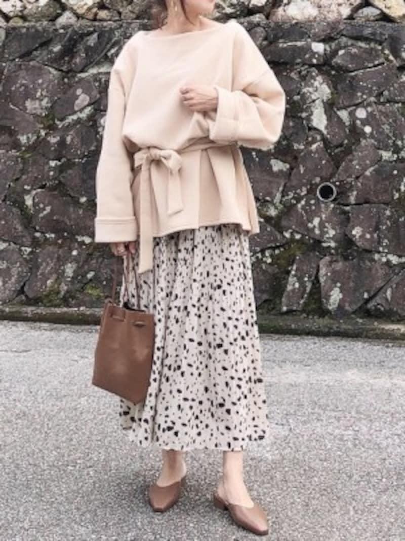 細かい柄のスカートなら大人っぽく着やすいのでおすすめ 出典:WEAR