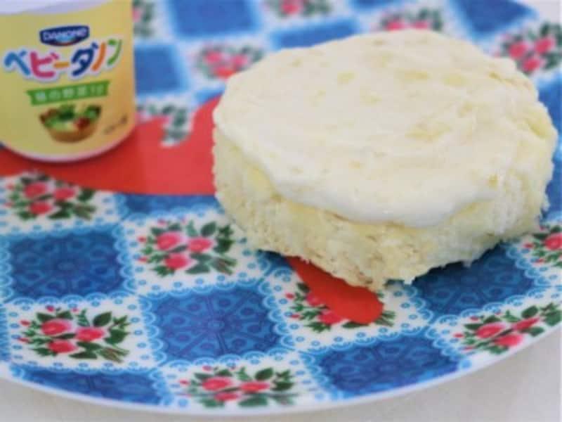 蒸しケーキの上に赤ちゃん用ヨーグルトを塗ります。