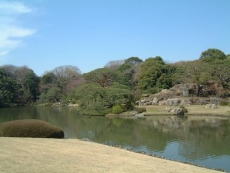 池の周囲を巡ると景色の変化が楽しめる六義園