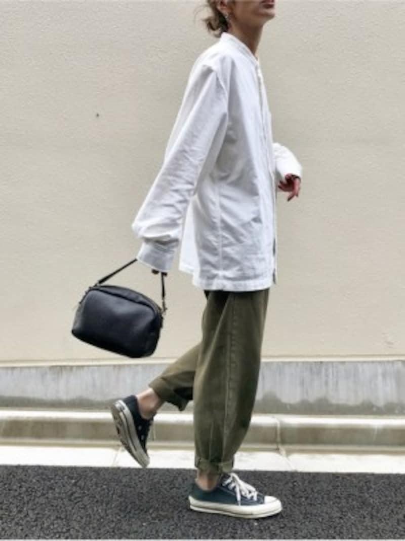 無印良品の白シャツは青みカーキと合わせて辛口に 出典:WEAR