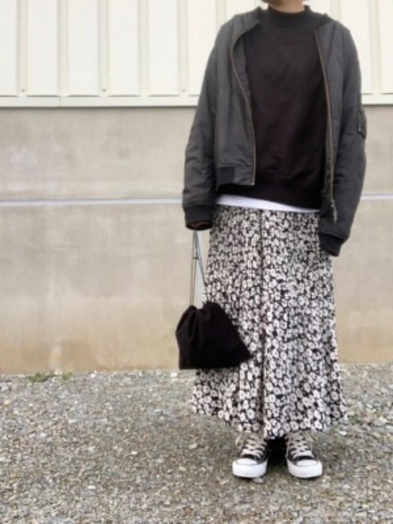 黒をメインでまとめると柄スカートも秋冬仕様に 出典:WEAR