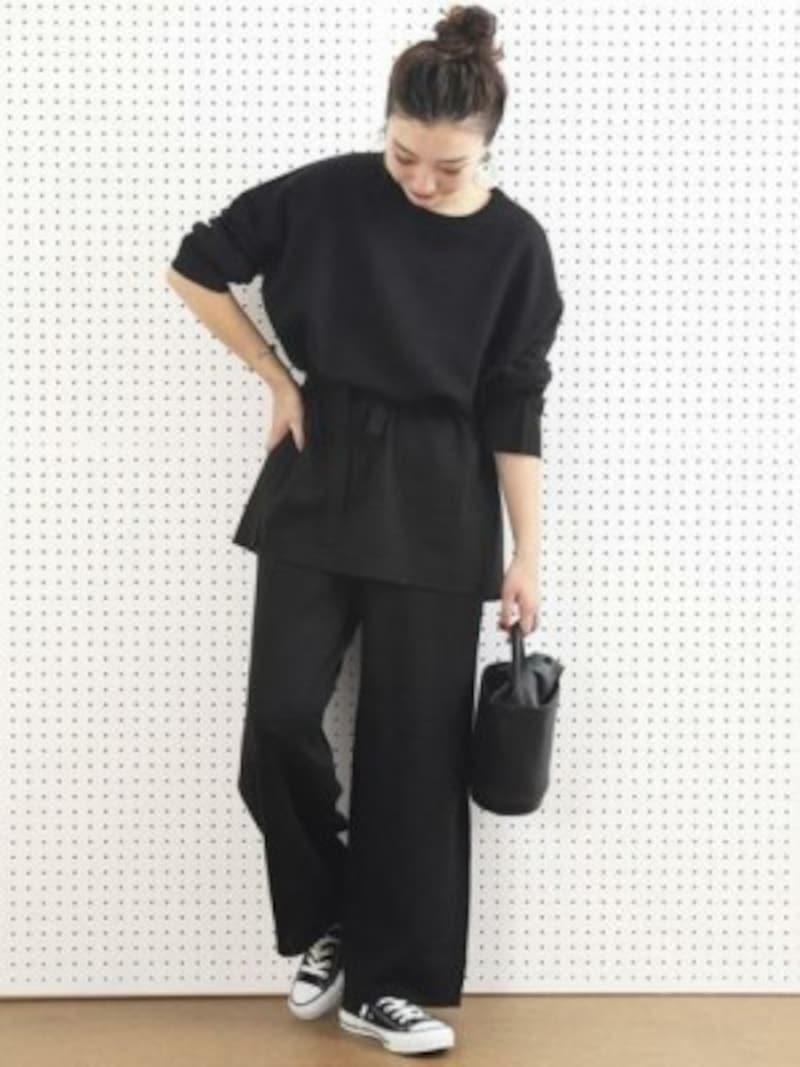 オールブラックコーデはまとめ髪や小物などで「抜けポイント」を作って 出典:WEAR