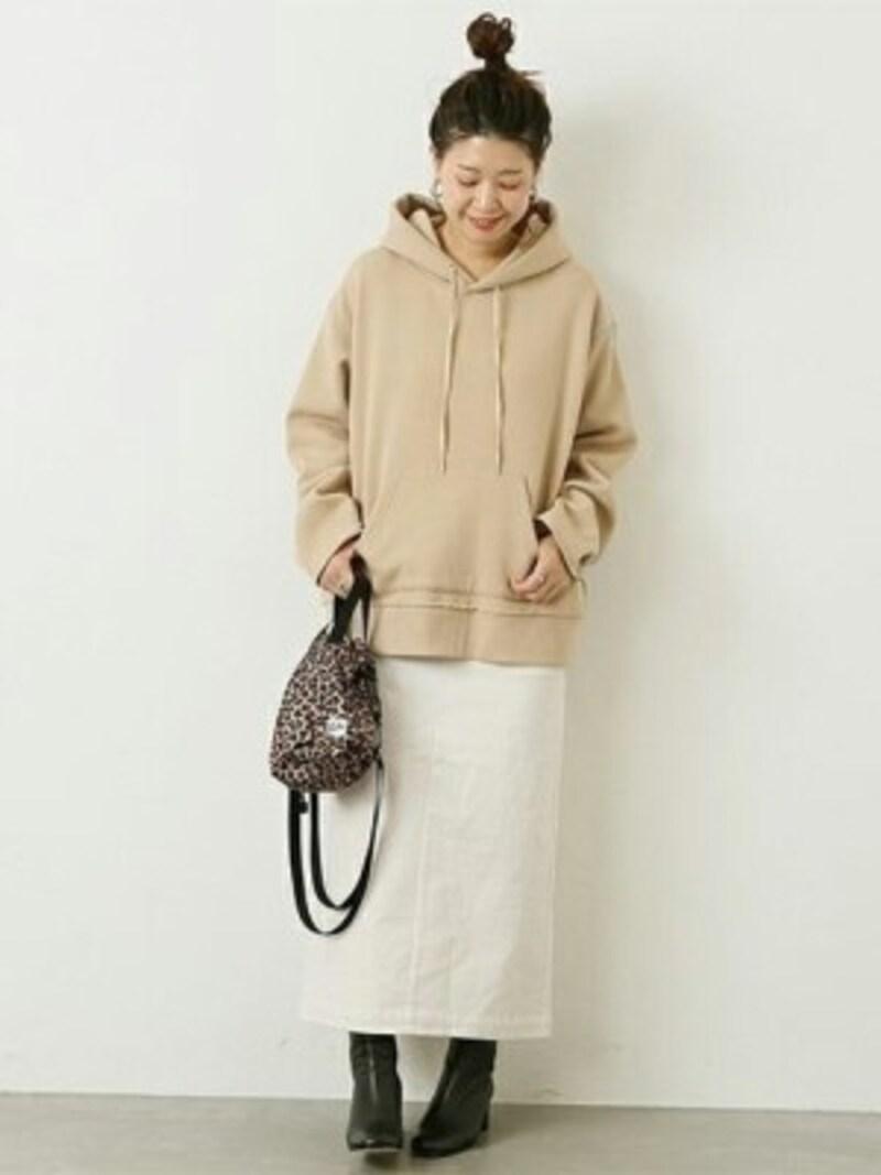 パーカーにタイトなロングスカートの組み合わせはすっきり見える効果が 出典:WEAR